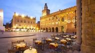 Die rote Stadt der Gelehrsamkeit und der Schinken: Restaurant auf der Piazza in Bologna.