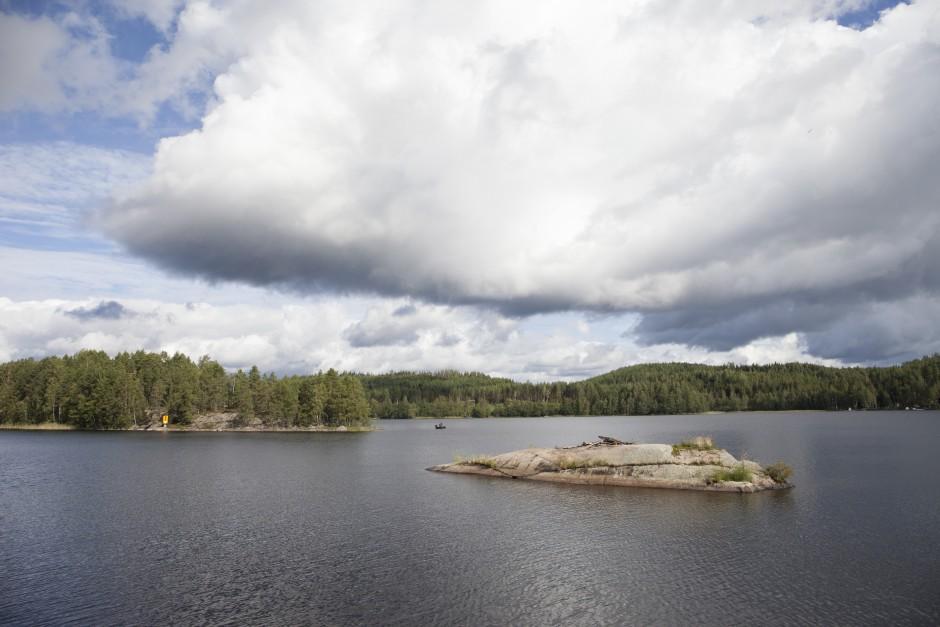 Im Saimaa-Seengebiet in Finnland gibt es tausende Inseln und Steine, die aus dem Wasser ragen.