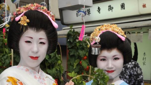 Kandierte Kastanien im Kimono knabbern