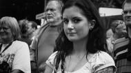 Junge Frau mit Smartphone: Bürgerfest Bonn-Beuel 2013