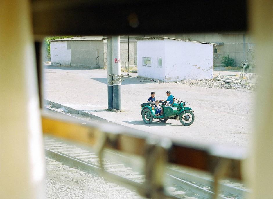 ... Kinder auf einem Motorradgespann spielen.