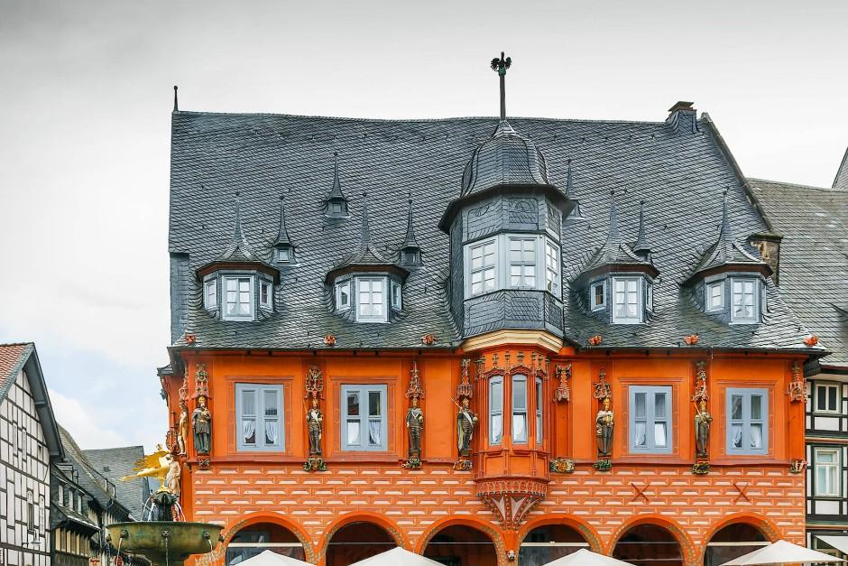 Das Alte und das Neue trennt zumindest in Goslar nichts: das historische Hotel Kaiserworth am Marktplatz.