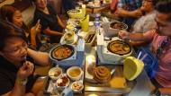 """Das Restaurant """"Modern Toilet"""" in Taipei offeriert vor allem bräunliche, soßenlastige Gerichte und serviert sie in kloförmigen Behältnissen. Und natürlich sitzt man dabei auf Toilettendeckeln. Ein Spaß für die ganze Familie."""