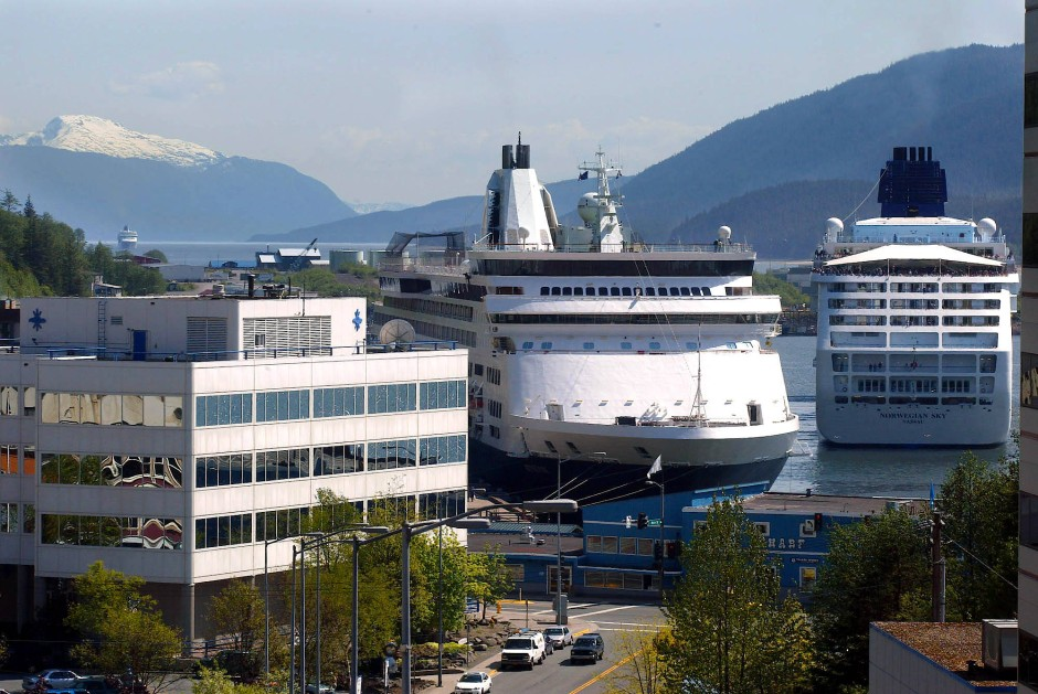 Die größten Gebäude sind die Kreuzfahrtschiffe: Eine Million Passagiere spucken sie jedes Jahr aus.