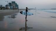 Heiliges Surfland: der Profisurfer Leon Glatzer am Trumpeldor Beach in Tel Aviv.