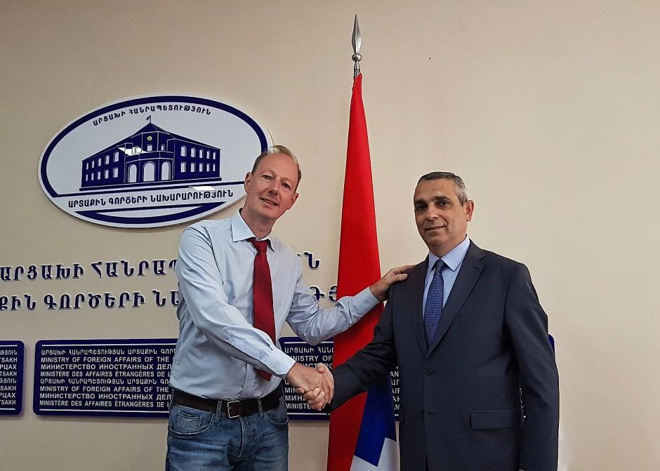 Außenminister Masis Mayilian begrüßt den EU-Parlamentarier Martin Sonneborn.