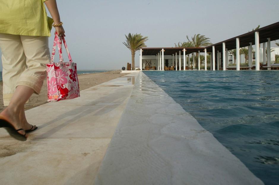 Links das Meer, rechts der Pool: Man muss sich nur noch entscheiden.