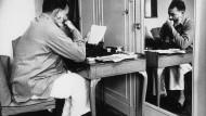 """Ernest Hemingway 1944 Im """"Dorchester"""" in London."""