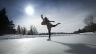 Im achtzehnten Jahrhundert konnte man damit Teil einer Jugendbewegung sein: Eisläuferin auf einem Teich.