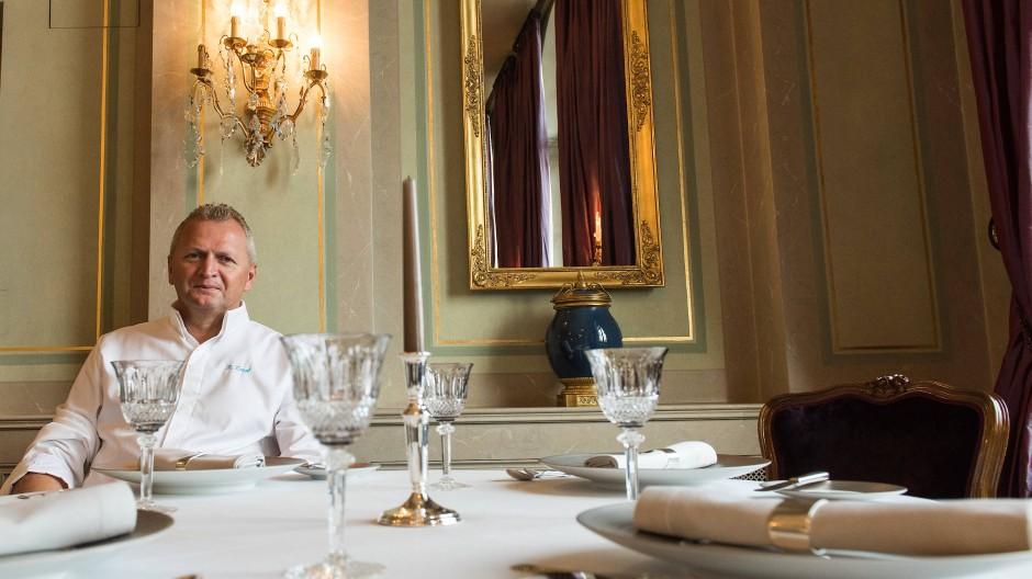 """Ein kochender Wanderer an seinem vorläufigen Ziel: Peter Knogl im Restaurant """"Cheval Blanc""""."""