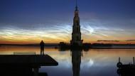 Nach dem Bau des Uglitsch-Staudamms steht der Glockenturm des Nikolausklosters unter Wasser.