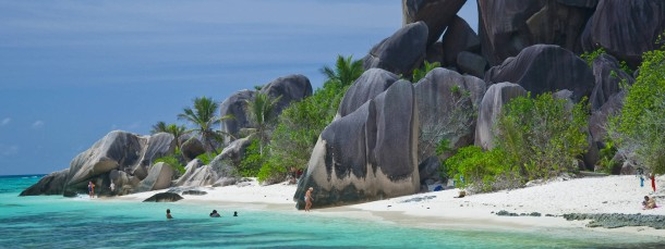 Das Urbild des Seychellen-Traums: Der Strand Source d`Argent auf der Insel La Digue mit seinen Granitfelsen, die wie versteinerte Zauberwesen aussehen.