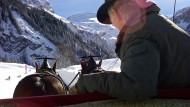 Geht mit Schnaps übrigens auch besser: Pferdeschlittenfahrt durch das frisch bestäubte Winterwunderland bei Lauenen.