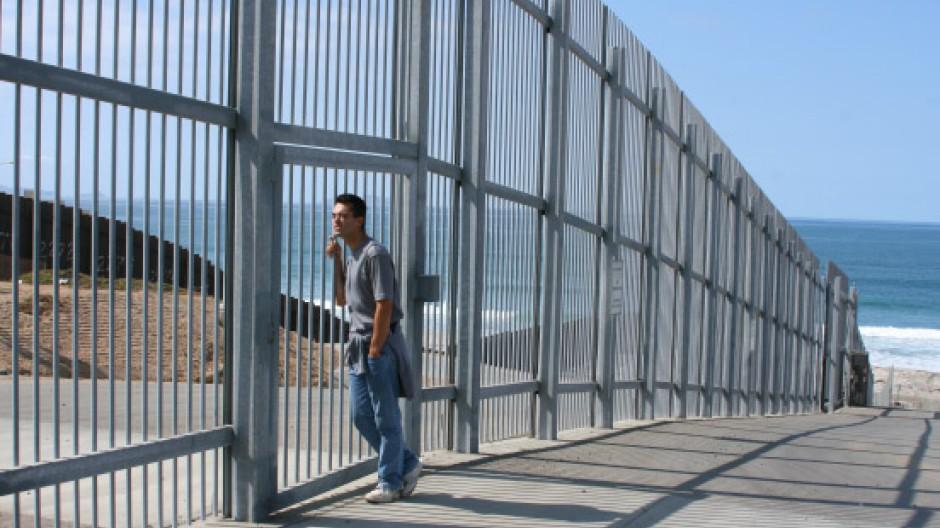 Hier umarmt sich niemand mehr, und Familienneuigkeiten müssen an der amerikanisch-mexikanischen Grenze in Gebärdensprache ausgetauscht werden.