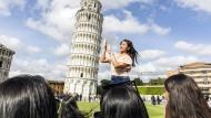 Die Handhaltung muss stimmen, dann ist das nächste Objekt auf der Bucket-List abgehakt: Touristen in Pisa.