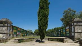 """Kunst am Friedhof: Jorge Barbi hat für sein Werk """"Intervención en el cementerio de Bonaval"""" mit Farben experimentiert."""