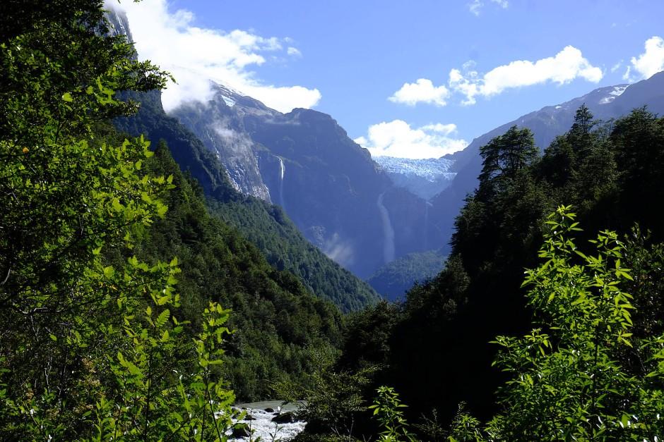 Wütende Winde dreschen gelblich beige Coiron-Gräser in den Pampas und fegen über Gletscher und Blaumilchseen.