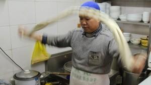 Die Suppe mit handgezogenen Nudeln aber schon: Ein Rundgang durch die Straßenküchen von Schanghai offenbart, dass in China die einfachsten Gerichte oft die besten sind.