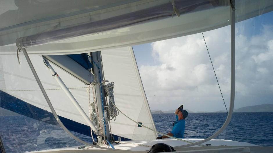 Unser Skipper guckt nach den Segeln: Das ist gut, dann können wir aufs Wasser gucken. Oder Rum trinken. Oder sonnenbaden.