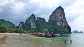 Kollision der Kulturen: Für die Thailänder sind die Karstfelsen von Phra Nang ein sakraler Ort, für die Urlauber hingegen nur eine betörend schöne Kulisse, in der sie sich nach Herzenslust austoben.