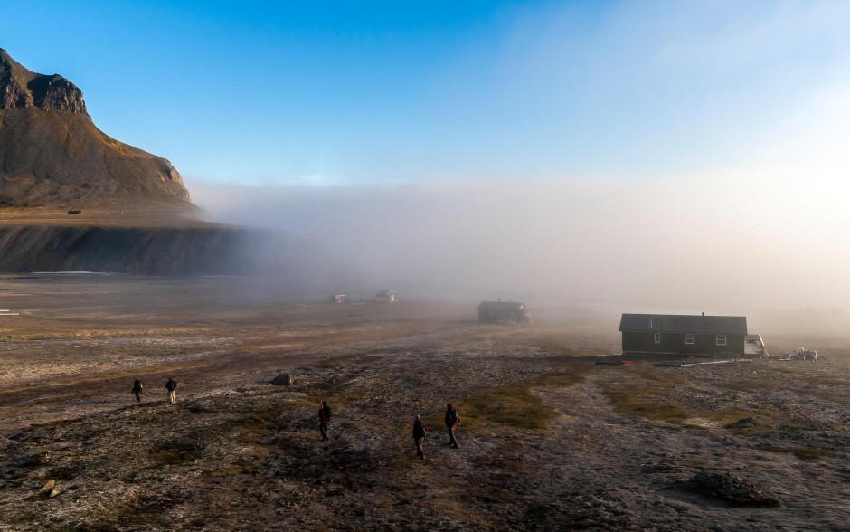 Am Rande Europas: Die kleine Stadt Longyearbyen im Nebel.