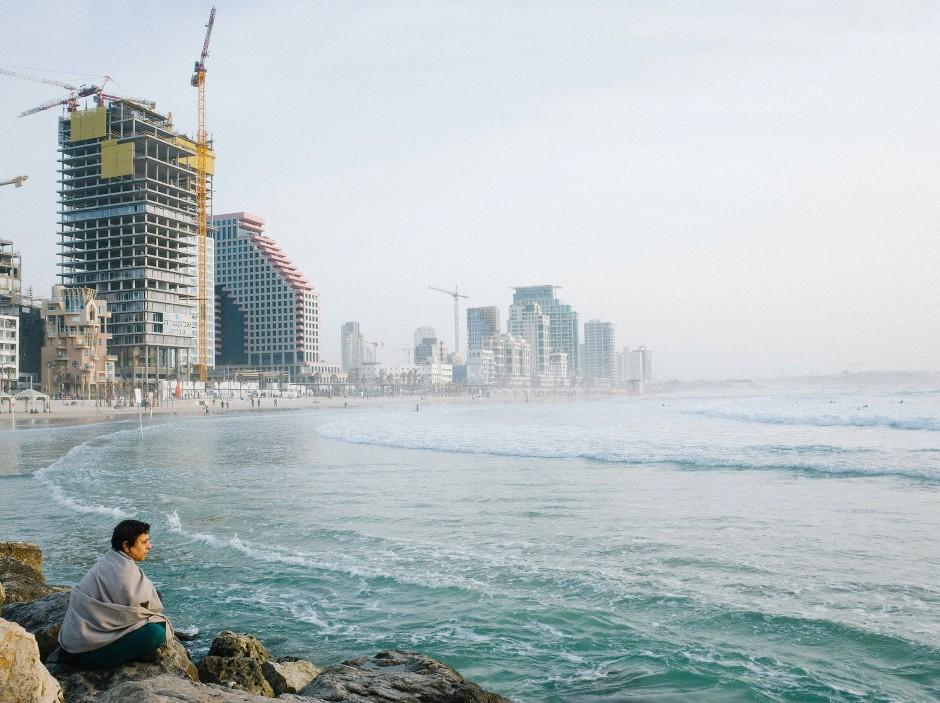 Zwischen Wellenbrechern und Skyline: Trumpeldor Beach, der Stadtstrand von Tel Aviv.