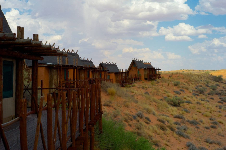 Mitten im Dünengebuckel liegt die !Xaus-Lodge. Die Häuser sind überraschend luxuriös, auch wenn man nur morgens und abends Strom hat.