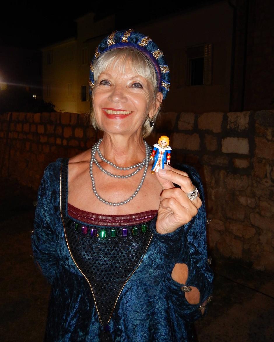 Ritterdame Vlasta Rittig mit ihrem Playmobil-Double.