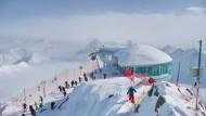 Kein anderes Kaffeehaus in Österreich liegt näher am Himmel: Seit dieser Saison kann man in der Gipfelstation der Pitztaler Wildspitzbahn seine Melange auf 3440 Meter Höhe trinken.