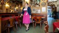 """Tote Hose statt Remmidemmi: Eine Angestellte wartet im """"Wirtshaus Hannelore"""" in der Drosselgasse auf Gäste."""