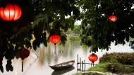 Sehr nass, aber auch sehr schön: Die alte Handelsstadt Hoi An ist eine sehr sehenswerte Welterbestätte. Auch wegen der flinken Schneider, die über Nacht fertigen.