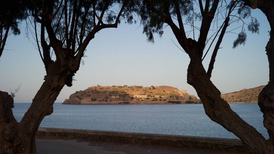 Blick von Plaka aus: Das Fischernest ist bis heute ein hübsches Dorf, von hier aus erreicht man Spinalonga mit dem Boot in wenigen Minuten.