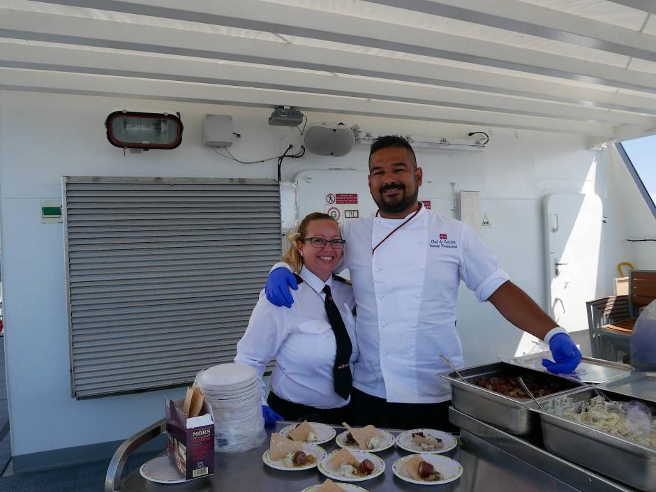 Die Restaurantmanagerin und der Koch servieren den Nachmittagssnack.