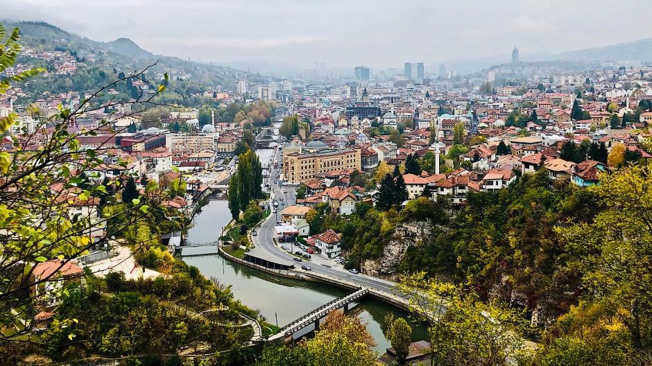 Die Miljacka hilft, den Ort zu begreifen. Der Fluss fließt, aus dem bosnischen Bergland kommend, in ein sich weitendes Tal und begleitet Sarajevo wie ein topographischer Zeitstrahl.