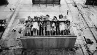 """Schaulustige bei den Dreharbeiten zu """"Es begann in Neapel"""" mit Sophia Loren und Clark Gable, Rom, 1959"""