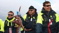 Harte Kerle mit wohlschmeckenden Meeresbewohnern: Norwegische Fischer präsentieren ihren Königskrabbenfang.