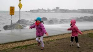 Das, was die Erwachsenen schlechtes Wetter nennen, macht den Kindern einen Mordsspaß: an der Strandpromenade von Sandycove.