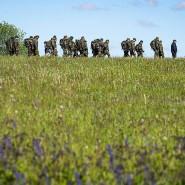 Informationsbesuch im ehemaligen Grenzstreifen: eine Gruppe Bundeswehrsoldaten am Grenzmuseum Point Alpha.