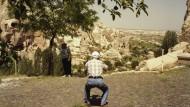 Für ein gutes Foto geht man gerne in die Knie - so wie dieser Herr, der sich in Kappadokien alle Mühe gibt und über Schattenseiten nicht grämt.