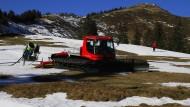 Herumrutschen auf den Resten: Pistenraupe am Riedberger Horn, einst einem der beliebtesten Skigebiete.