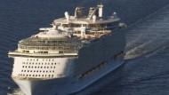 """Das größte Kreuzfahrtschiff der Welt: die """"Allure of the Seas"""" bei einer Probefahrt vor der finnischen Küste"""