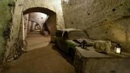Fluchttunnel, Luftschutzbunker, Schrottplatz: Autos in der Galleria Borbonica.