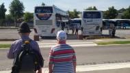 Wer fährt noch Bahn, wenn es solche Busse gibt? Die Fahrgäste sind freundlich, das Frühstück ist reichhaltig, und Sascha weiß alles über Autobahnen.
