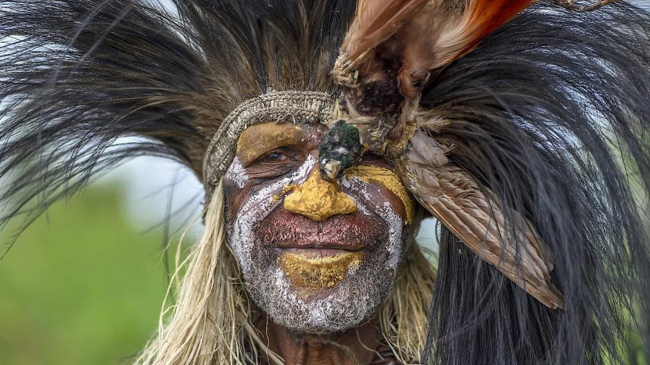 Natürlich Make-up! In den Dörfern rund um den Lake Murray in Papua-Neuguinea kommt die Bemalung aus dem Wald, nicht aus der Plastiktube.