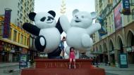 Etwas gewöhnungsbedürftig für westliche Augen: Stadtverschönerung mit Pandabären.