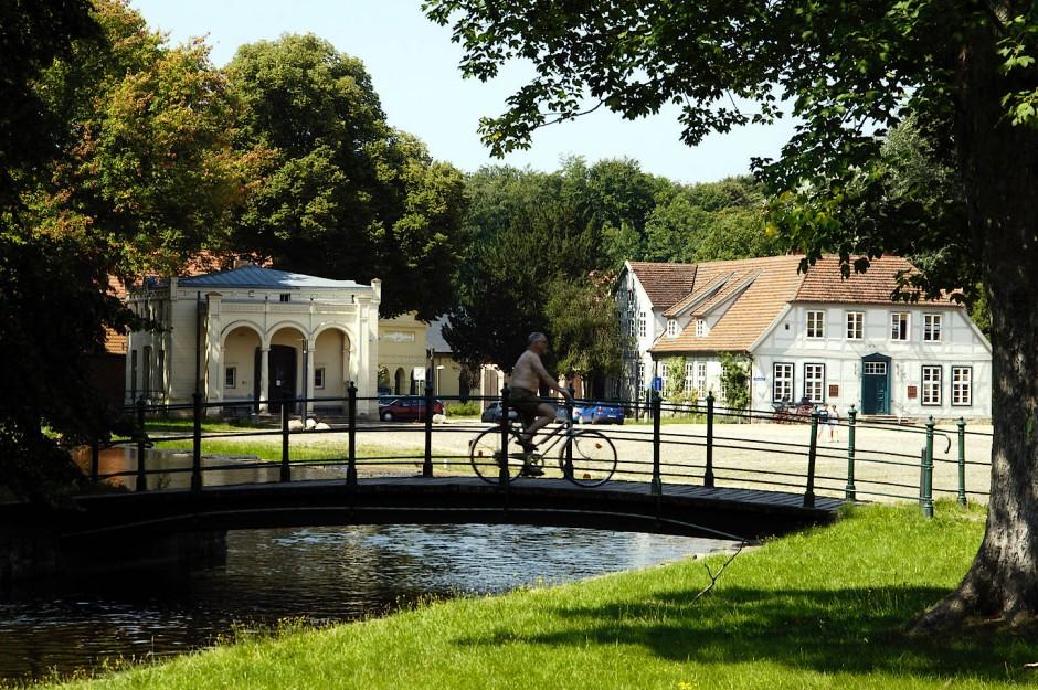 Leben im Schlosspark: Eine Brücke über den künstlichen Wasserlauf an der Alten Wache.