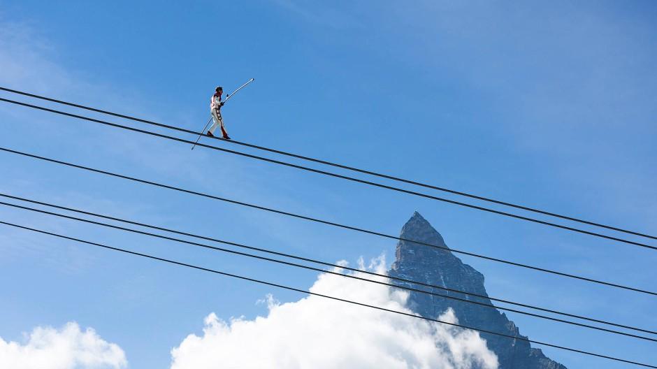Der Schweizer Hochseilartist Freddy Nock hat vor zwei Jahren gezeigt, was man mit der Zermatter Bergbahn alles machen kann, außer Skifahrer zu befördern.