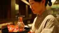 So stilvoll gekleidete Sakereinbringerinnen trifft man außerhalb Japans wohl nur im Hotel Okura in Amsterdam.