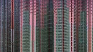Womöglich war es Glück. Womöglich aber hat Michael Wolf auch ein wenig nachgeholfen bei seiner Fotografie eines Plastikstuhls hoch oben auf einem der Berge Hongkongs, von denen aus der Blick zunächst über Hochhaussiedlungen schweift mit Dutzenden und Aberdutzenden einfallsloser Wohntürme, die wie Pfosten ins Land gerammt zu sein scheinen, und dann weiter gleitet über die Bucht, in der im fahlen Licht eines bewölkten Tags das trübe Meer aussieht, als sei es zugefroren.