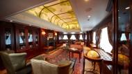 "Reiselektüre inklusive: Die Bibliothek an Bord der ""Columbus 2""."